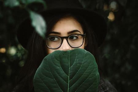 樹葉半遮面的漂亮女孩