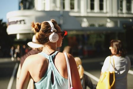 街拍带耳机听音乐的美女