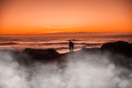 落日黄昏山顶的旅行者