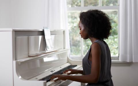 演奏钢琴的女人
