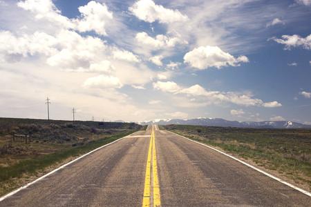 蓝天下乡间的公路