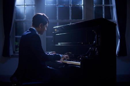 彈奏鋼琴的鋼琴家
